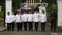Mereka hadir dengan mengenakan kemeja warna putih. Hanya Ganjar Pranowo yang mengenakan baju kahs Jawa Tengah yaitu surjan.