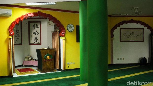 Berada di deretan ruko di bilangan Sawah Besar, Jakarta, Masjid Lautze eksis dipenuhi umat muslim keturunan Tionghoa.
