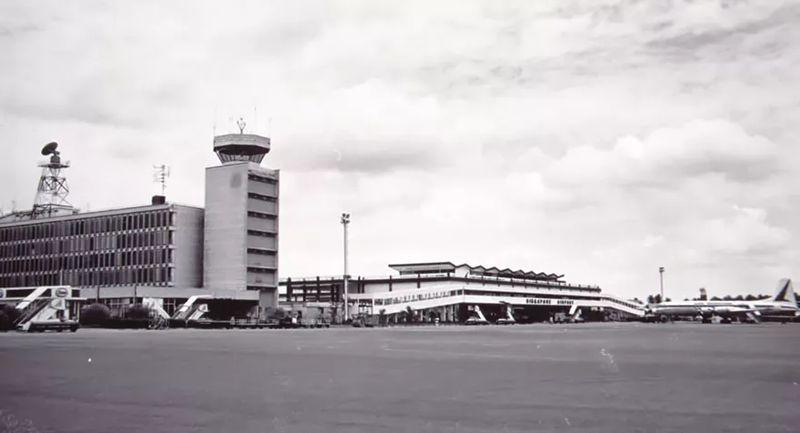 Awalnya, bandar udara komersil yang dimiliki oleh Singapura letaknya di Paya Lebar tahun 1959. Kalau dari Bandara Changi, sekitar 15 menit jarak tempuhnya. Kini, Bandara Paya Lebar menjadi pangkalan angkatan udara Singapura (Changi Aiport)