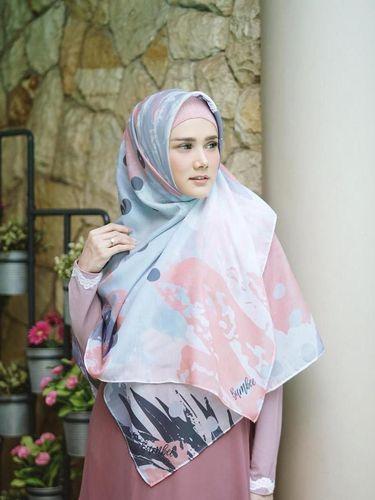 Mencontek Gaya Syar'i Mulan Jameela, Gamis hingga Bros di Bawah Rp 200 Ribu