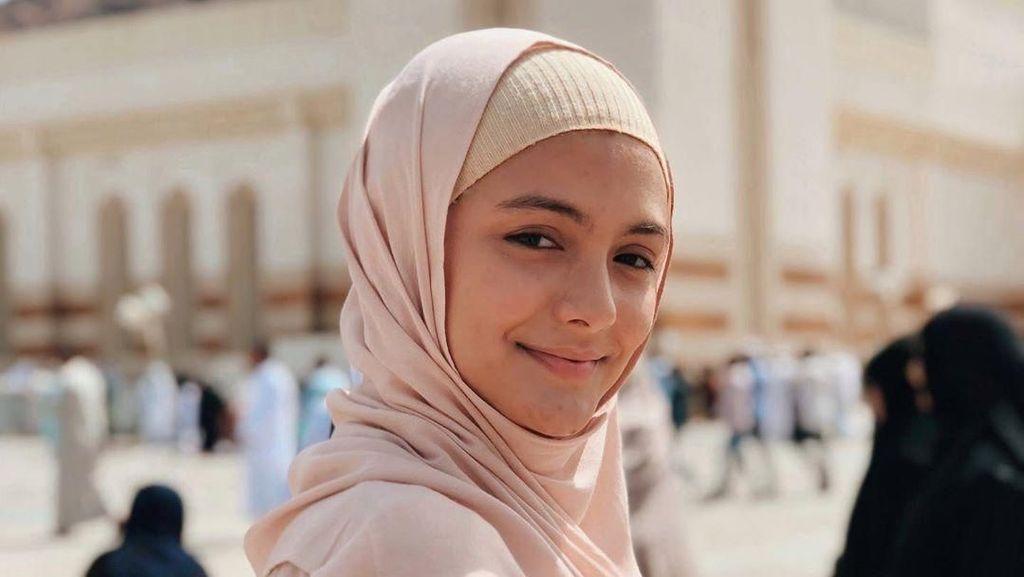 Jalani Ibadah Umrah, Amanda Rawles Bikin Pangling saat Berhijab