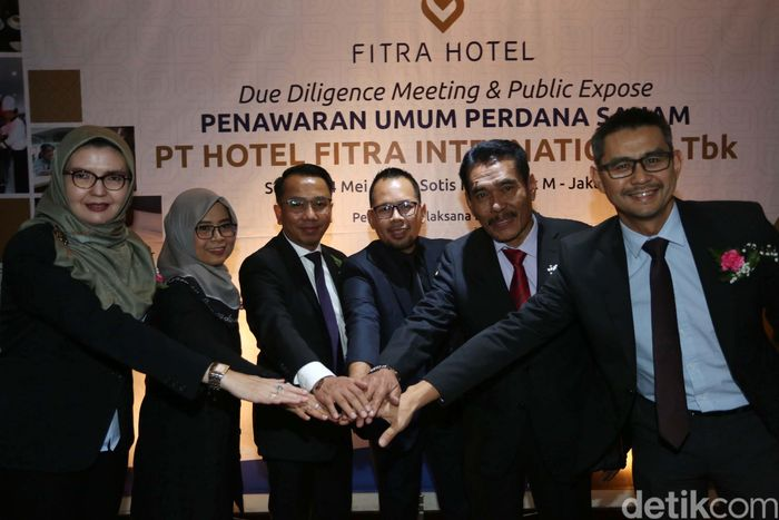 Direktur Utama PT. Hotel Fitra International, Tbk. Joni Rizal, bersama direksi dan komisaris usai menyampaikan paparan publik terkait rencana penawaran umum perdana saham (Initial Public Offering/IPO) di Jakarta, Selasa (14/5/2019).