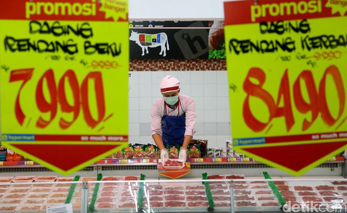 Pekerja tengah menyusun daging beku di salah satu supermarket di Jakarta, Rabu (15/5/2019).
