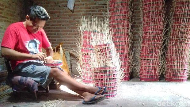 Pengrajin keranjang parsel rotan di Desa Teluklawe, Jepara.