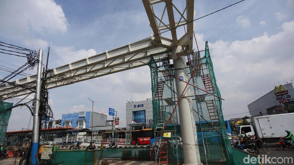 Jembatan Penyambung LRT-TJ di Rawamangun Sudah 98%