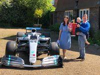 Bocah 5 tahun yang beruntung mendapat mibil F1 dari Lewis Hamilton.