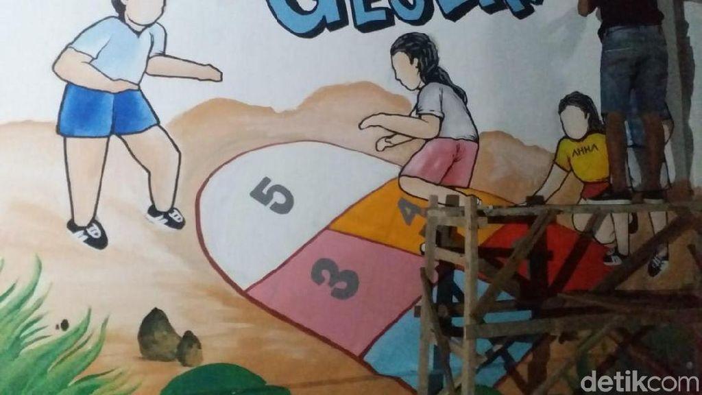 Puluhan Seniman Kediri Bikin Mural Dolanan Tempo Dulu