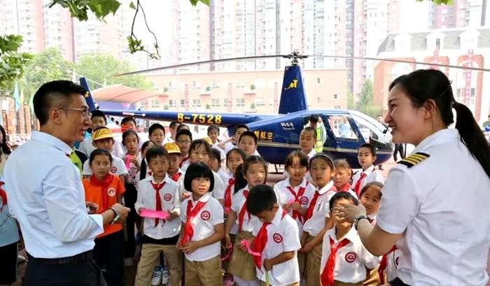 Pria datang ke sekolah anaknya naik helikopter. Foto: Dok. Weibo, Btime