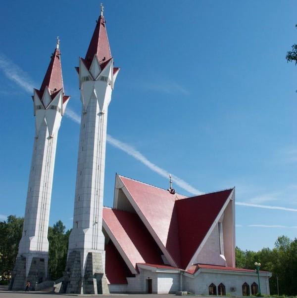 Masjid Lala Tulpan berada di kawasan Ufa, Boshkortostan, Rusia. Masjid yang diketahui dibangun pada tahun 1990 itu memiliki bentuk yang unik dengan dua menara kembar yang menjulang tinggi. Istimewa/Dok. Wikipedia/Andytev.