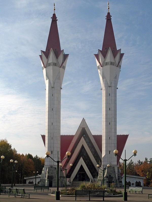 Nama Masjid yang didominasi dengan warna merah dan putih ini memiliki arti bunga tulip yang bermekaran. Istimewa/Dok. Wikipedia/Wadpol.
