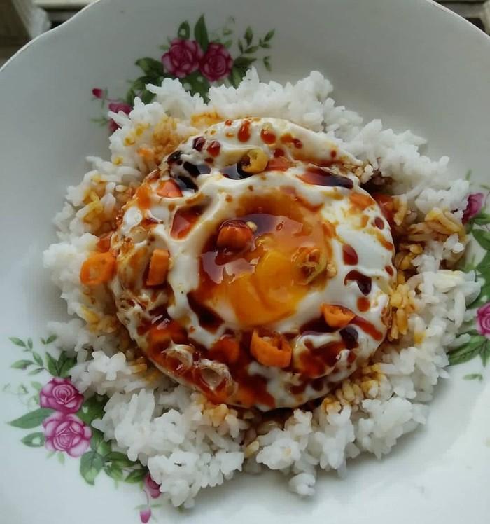 Ini menu klasik yang selalu bikin lapar. Nasi hangat diberi telur ceplok plus irisan rawit dan dikucuri kecap manis. Sedap banget! Foto : Instagram @emihacikenz