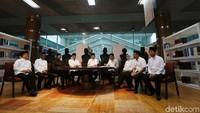 Rencananya, pertemuan ini akan dihadiri 9 kepala daerah. Namun Gubernur DKI Jakarta Anies Baswedan belum terlihat hadir.