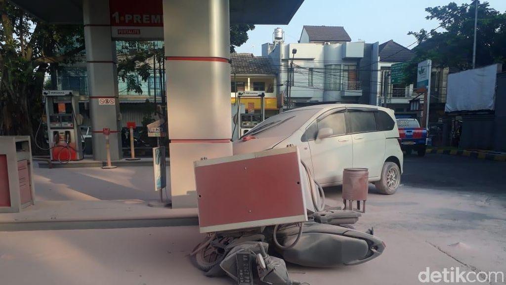 Mobil Tabrak Mesin Pengisian BBM SPBU Jalan Sunda hingga Timpa Motor