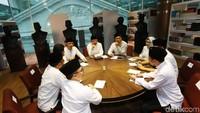 Para tokoh muda itu melakukan pertemuan dalam satu meja bundar.
