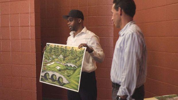 Valentino Dixon dan lukisan salah satu arena golf terkenal yang dibuatnya