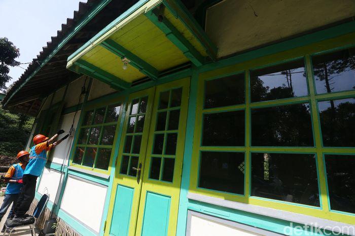 Petugas PLN memasang jaringan listrik salah satu rumah warga di Jawa Barat, Rabu (15/5/2019).