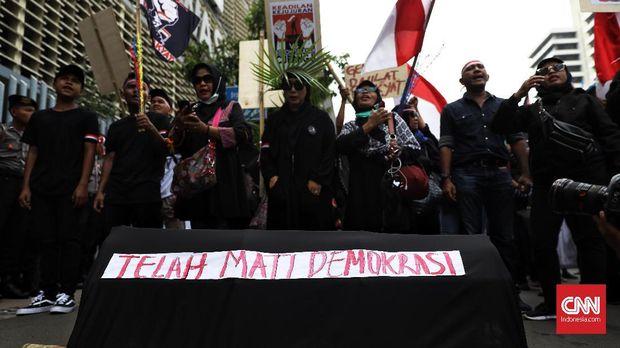 Demo di depan gedung Bawaslu yang menuntut pengusutan dugaan kecurangan Pilpres 2019, Mei lalu.