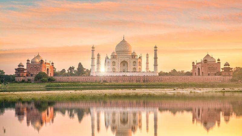 Di kedua sisi makam terdapat bangunan kembar yang menambah keindahan Taj Mahal. Bangunan di sisi barat adalah Masjid Taj Mahal. Sedangkan di sisi timur adalah Masjid Jawab, kembarannya. (iStock)