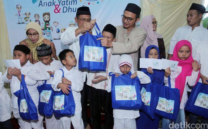 Plt Direktur Utama PLN Muhamad Ali menyerahkan santunan kepada anak yatim dalam acara buka puasa bersama di Yayasan Bina Anak Pertiwi, Jakarta, Kamis (16/5/2019).