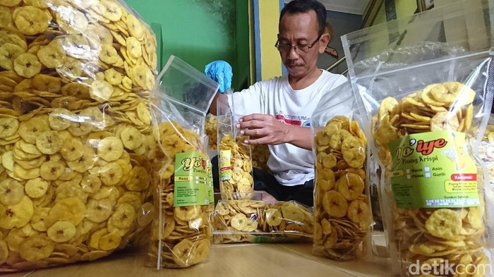 Bambang Cahyono sedang mengemas keripik pisang tanduk/Foto: Adhar Muttaqin