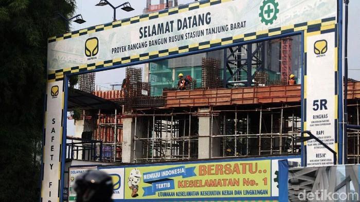 Progres Pembangunan TOD Tanjung Barat  Pekerja melakukan pengerjaan konstruksi proyek pembangunan hunian berbentuk rumah susun terintegrasi dengan sarana transportasi atauTransit Oriented Development (TOD) di Tanjung Barat, Jakarta Selatan, Kamis (16/5/2019). Pembangunan Rusun TOD tersebut ditargetkan rampung pada tahun 2021. Grandyos Zafna/detikcom