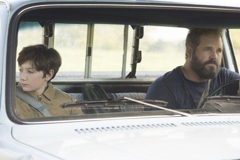 Brightburn bercerita soal bocah bernama Brandon Breyer (Jackson A. Dunn) yang dihidup dengan orang tua angkat yakni Kyle Breyer (Kyle Denman) dan Tori Breyer (Elizabeth Banks).Dok. Sony Pictures