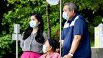 Potret Bu Ani Diajak Jalan-jalan SBY Keluar Kamar RS