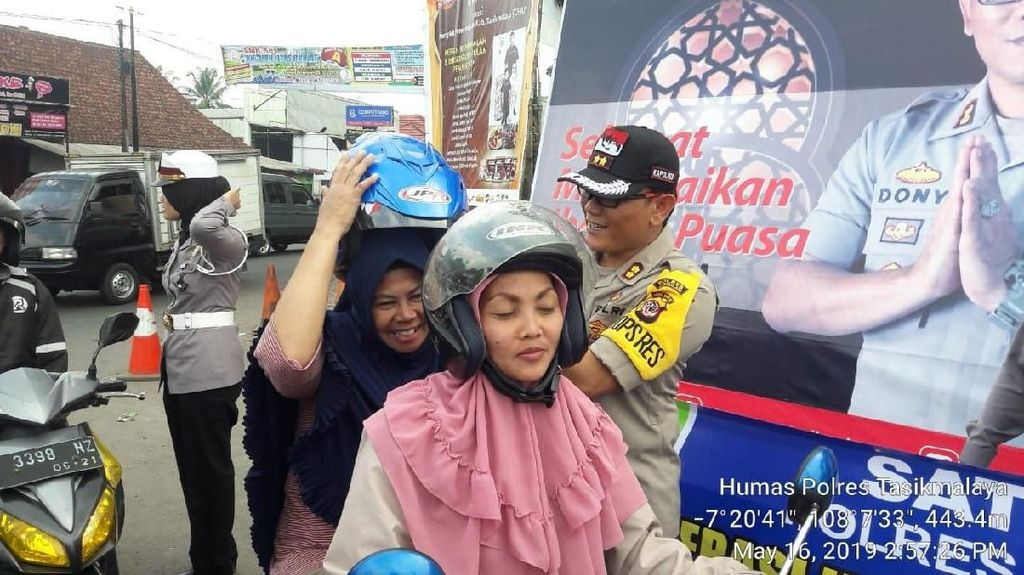 Polres Tasikmalaya Bagikan Helm Gratis Jelang Buka Puasa