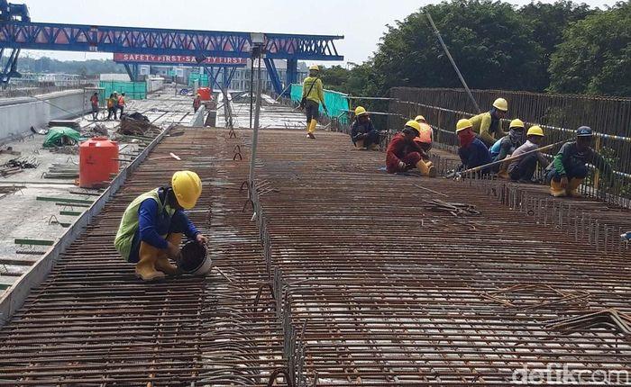 Dari pantauan detikcom, Kamis (16/5/2019) siang, para pekerja tampak merampungkan pengerjaan di jalur kereta api tersebut.