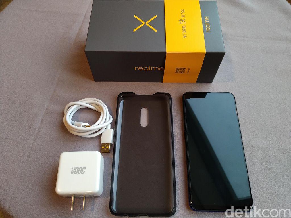 Ini Realme X yang baru dirilis di Beijing, China, beserta kelengkapan yang menyertai dalam boksnya. (Foto: Devi Setya/detikINET)
