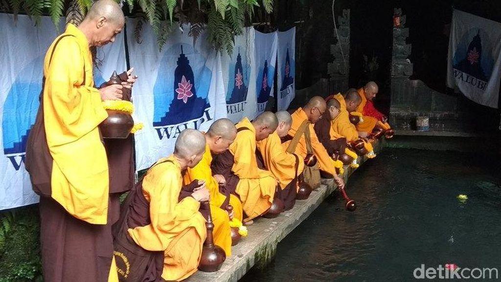 Awali Waisak, Para Bhikku Ambil Air Berkah di Mata Air Temanggung