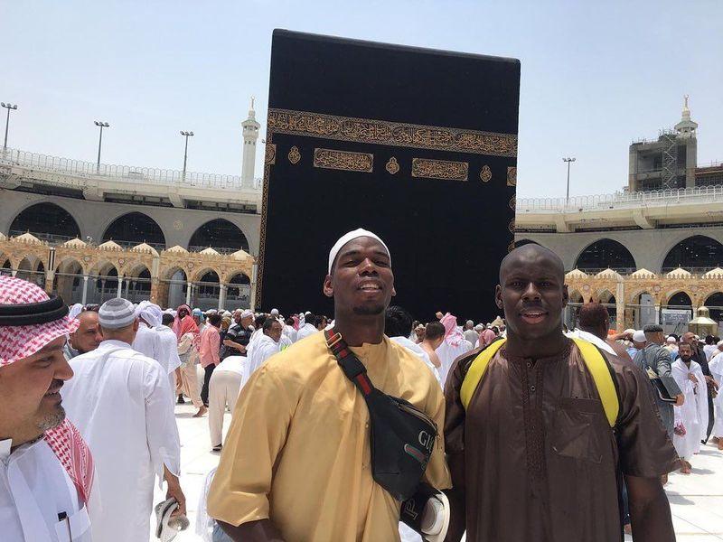 Inilah momen saat Paul Pogba dan Kurt Zouma, yang sama-sama beragama Islam berkunjung ke Kakbah di Makkah, Arab Saudi. Kunjungan di bulan Ramadhan ini menujukkan sisi religius Pogba. (Instagram/@paulpogba)