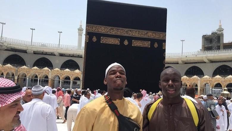 Paul Pogba dan Kurt Zouma di depan Kakbah (Instagram/@paulpogba)