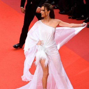 Bergaya Seksi, Model Victorias Secret Tebar Pesona di Cannes Film Festival
