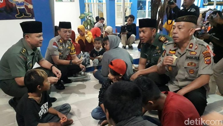 Polri-TNI Buka Bersama Warga Pra Sejahtera di Garut