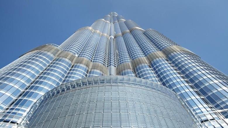 Pernah mengunjungi Burj Khalifa di Dubai? Ada fakta unik saat berpuasa di bangunan tertinggi di dunia itu. Waktu puasa di sana berbeda tiap lantainya. Kok bisa?