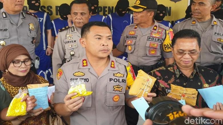 Polisi Sukabumi Tangkap 3 Pemuda Penjual Obat Parkinson Ilegal