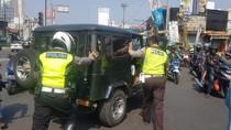 Bikin Macet, Mobil Tua Mogok di Jalan Arif Rahman Hakim Dievakuasi
