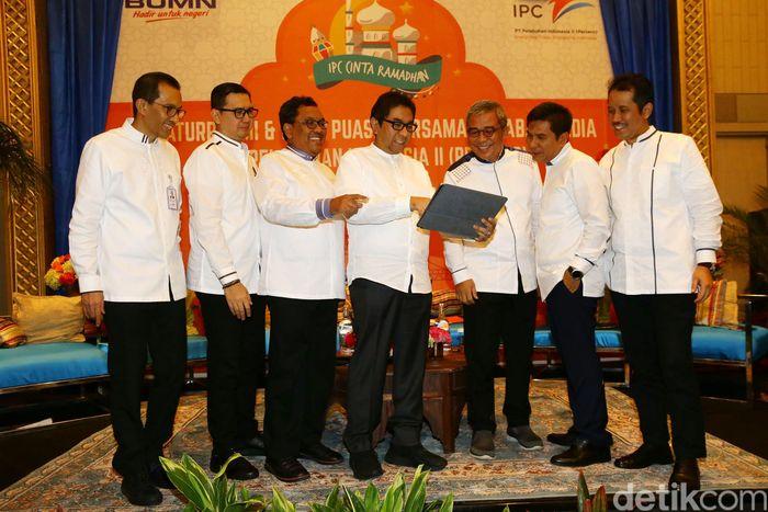 Direktur Transformasi dan Pengembangan Bisnis IPC Ogi Rulino, Direktur SDM IPC Rizal Ariansyah, Direktur Operasi IPC Prasetyadi, Direktur Utama IPC Elvyn G. Masassya, Direktur Keuangan IPC Widyaka Nusapati, Direktur Komersial IPC Arif Suhartono, dan Direktur Teknik IPC Dani Rusli menghadiri acara Silaturahmi dan Buka Puasa Bersama Sahabat Media PT Pelabuhan Indonesia II di Double Tree Hotel, Cikini, Jakarta Pusat, Kamis (16/5/2019).
