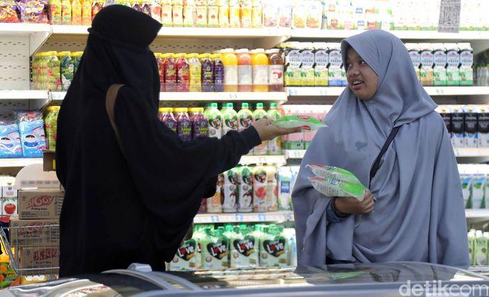 Sejumlah warga berbelanja di salah satu pusat grosir makanan di Kelapa Gading, Jakarta Utara, Kamis (16/5).