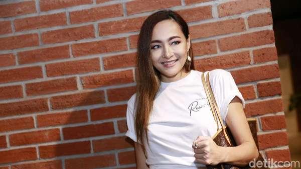 Dewi Rezer Happy Banget Nih!