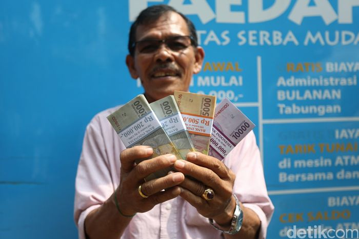 Kebutuhan uang tunai yang meningkat selama bulan suci Ramadhan hingga menjelang hari raya Idul Fitri membuat Bank Indonesia bekerja sama dengan sejumlah Bank Indonesia membuka layanan penukaran uang di Monas, Jakarta, Kamis (16/5/2019).