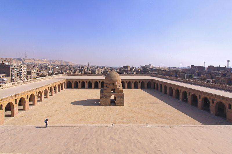 Mosque of Ibn Tulun adalah masjid tertua dan terbesar di Kairo. Umurnya bukan cuma ratusan tahun, tapi sudah 1.134 tahun. (iStock)