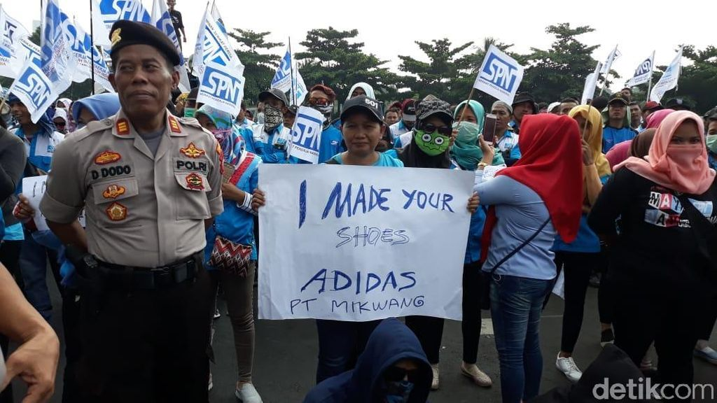 Tak Digaji 6 Bulan, Buruh Aksesoris Adidas Gelar Demo