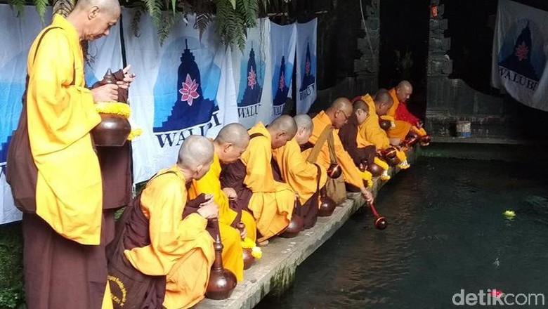 Pengambilan Air Berkah Awali Waisak di Temanggung