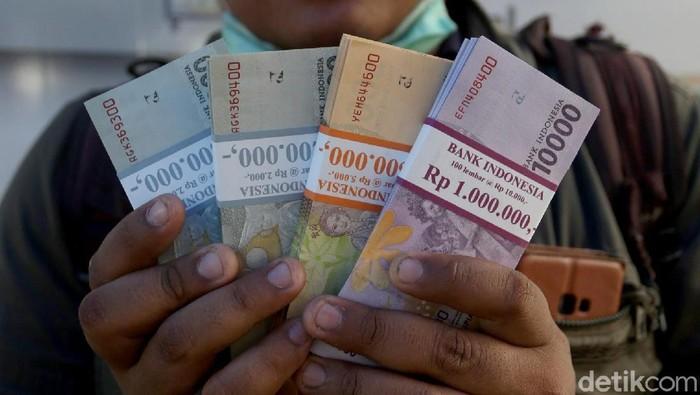Tingginya kebutuhan uang tunai di bulan Ramadhan dan jelang Idul Fitri membuat Bank Indonesia membuka layanan penukaran uang. Salah satunya lokasinya di Monas.