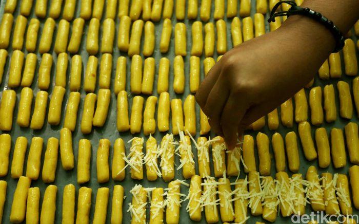 Penampakan kue kering yang tengah diproduksi di industri rumahan Pusaka Kwitang, Jakarta, Kamis (16/5/2019).