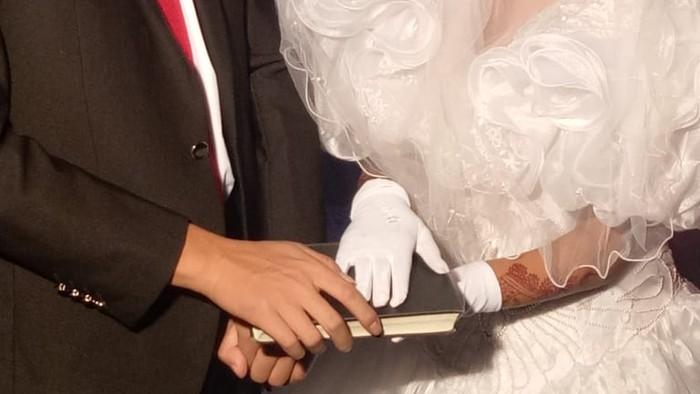 Sophia (kanan) menikahi laki-laki asal China setelah pastor mengenalkan keduanya.