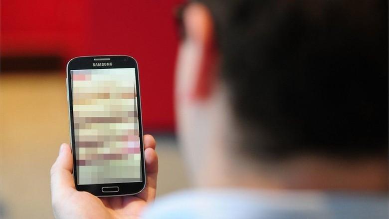 Taktik Ekstrem Politisi Meraih Suara Pemilih: Pakai Situs Porno, Naik Tank