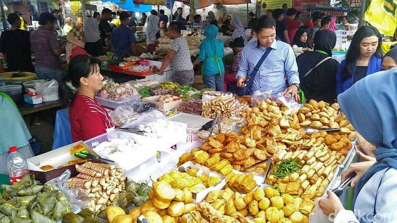 Sejak lama, Pasar Benhil rutin menggelar Bazaar Takjil Ramadhan selama sebulan penuh. Ada banyak makanan yang dapat dijumpai, gorengan dan kue basah misalnya (Randy/detikcom)